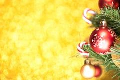 La Navidad adornó el árbol de abeto con las bolas Imagenes de archivo