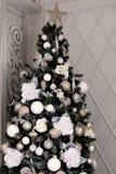 La Navidad adornó el árbol de navidad Los juguetes del ` s del Año Nuevo, bolas, flores, arquean Foto de archivo