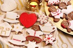 La Navidad adornó el pan de jengibre en la tabla Foto de archivo