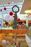 La Navidad adornó la alameda de compras Imágenes de archivo libres de regalías