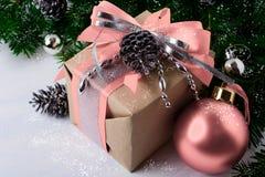 La Navidad adornó la caja de regalo con la cinta rosada Imagenes de archivo