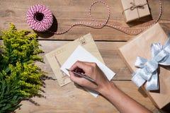 La Navidad adornó la caja de regalo sobre fondo de madera Visión desde a Foto de archivo