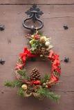 La Navidad adornó la guirnalda en una puerta de madera antigua francia Imágenes de archivo libres de regalías