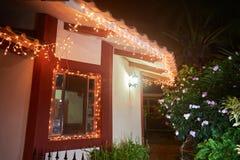 La Navidad adornó la ventana en casa Imagen de archivo