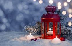 La Navidad adornó la linterna y velas en nieve con el espacio de la copia Imagenes de archivo