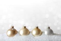 La Navidad adorna blanco del oro de la nieve Imagenes de archivo
