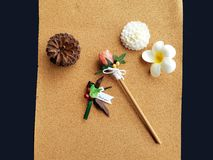 La Navidad adorna la decoración en tablero del corcho fotografía de archivo libre de regalías