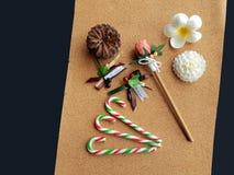 La Navidad adorna la decoración en tablero del corcho foto de archivo