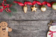 La Navidad adorna decoraciones del fondo con el muñeco de nieve y ging Imagenes de archivo
