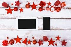 La Navidad adorna la frontera en la tabla blanca con el espacio de la copia Fotos de archivo libres de regalías