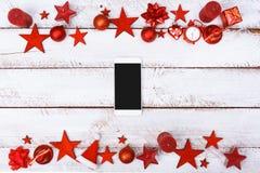 La Navidad adorna la frontera en la tabla blanca con el espacio de la copia Imagen de archivo