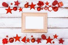 La Navidad adorna la frontera en la tabla blanca con el espacio de la copia Fotografía de archivo