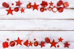 La Navidad adorna la frontera en la tabla blanca con el espacio de la copia Imagenes de archivo