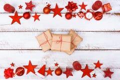La Navidad adorna la frontera en la tabla blanca con el espacio de la copia Foto de archivo libre de regalías