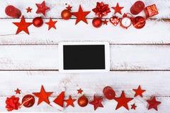 La Navidad adorna la frontera en la tabla blanca con el espacio de la copia Imágenes de archivo libres de regalías