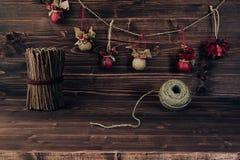 La Navidad adorna hecho a mano en fondo de madera del marrón del vintage Imágenes de archivo libres de regalías