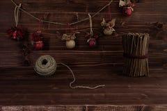 La Navidad adorna hecho a mano en fondo de madera del marrón del vintage Foto de archivo libre de regalías