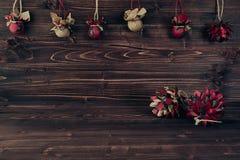 La Navidad adorna hecho a mano en fondo de madera del marrón del vintage Imagen de archivo libre de regalías
