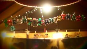La Navidad adorna palabras que cuelgan de la Feliz Navidad foto de archivo