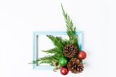 La Navidad adornada en el fondo blanco Concepto del Año Nuevo plano Imagen de archivo
