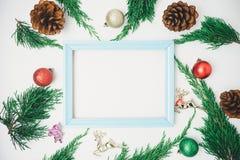La Navidad adornada en el fondo blanco Concepto del Año Nuevo plano Imagenes de archivo
