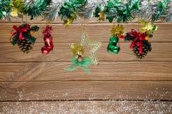 La Navidad adornada en fondo del tablero de madera Fotografía de archivo