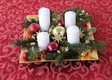 La Navidad Adventskranz Velas Estrellas oro Foto de archivo