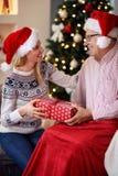 La Navidad alegre del gasto de la hija con el padre mayor fotografía de archivo libre de regalías
