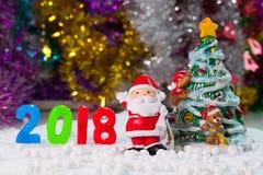 La Navidad apoya decoraciones en el fondo w del campo de nieve de la Navidad Fotografía de archivo