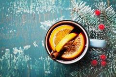 La Navidad aromática reflexionó sobre el vino o el gluhwein con las especias y las rebanadas anaranjadas en la opinión de sobreme Imagen de archivo libre de regalías