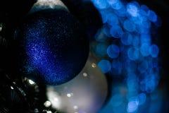 La Navidad azul del mery del bokeh de la guirnalda del juguete de la Navidad Foto de archivo libre de regalías