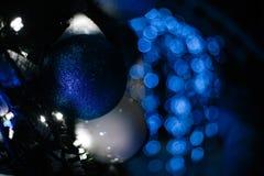 La Navidad azul del mery del bokeh de la guirnalda del juguete de la Navidad Fotografía de archivo libre de regalías