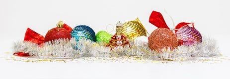 La Navidad Bandera con las decoraciones del ` s de la Navidad y del Año Nuevo Juguetes del árbol de navidad en el fondo blanco Co Foto de archivo libre de regalías