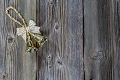 La Navidad Bell de oro en fondo de madera Cierre para arriba Imagenes de archivo