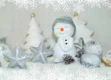 La Navidad blanca - muñeco de nieve con el fondo de la nieve del invierno Imagenes de archivo