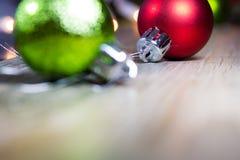 La Navidad brillante adorna el fondo Fotografía de archivo