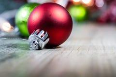 La Navidad brillante adorna el fondo Fotografía de archivo libre de regalías