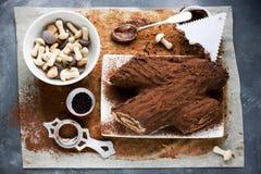 La Navidad Bush de Noel - cookin hecho en casa de la torta del registro de yule del chocolate Imágenes de archivo libres de regalías