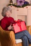 La Navidad cabelluda gris del regalo de la mujer Fotos de archivo libres de regalías