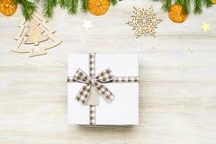 La Navidad Caja de regalo cuadrada con el arco Las ramas de Imagenes de archivo