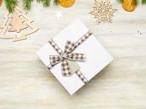 La Navidad Caja de regalo cuadrada con el arco Las ramas de Fotografía de archivo libre de regalías