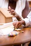La Navidad: Casa de pan de jengibre del día de fiesta de la estructura de la madre y del hijo Foto de archivo libre de regalías