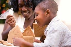 La Navidad: Casa de pan de jengibre del día de fiesta de la estructura de la madre y del hijo Fotografía de archivo libre de regalías