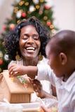 La Navidad: Casa de pan de jengibre del día de fiesta de la estructura de la madre y del hijo Imagen de archivo