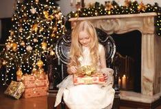La Navidad, celebración, concepto de la gente - niño feliz con el regalo Fotografía de archivo