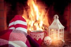 La Navidad cerca de la chimenea Fotografía de archivo libre de regalías