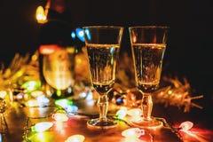 La Navidad chispeante de la celebración del Año Nuevo de dos vidrios del champán Imagenes de archivo
