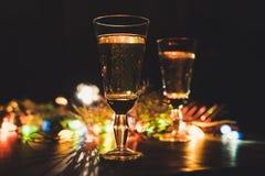 La Navidad chispeante de la celebración del Año Nuevo de dos vidrios del champán Imagen de archivo libre de regalías