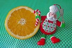 La Navidad - cocinero verde Santa Claus del fondo, anaranjado y divertido Imágenes de archivo libres de regalías