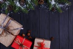 La Navidad, composición de los días de fiesta del Año Nuevo Cajas de regalo y nieve-co Fotografía de archivo